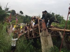 พังครืน! นักท่องเที่ยวแห่ตักบาตรเทโวฯ บนสะพานซูตองเป้ รับน้ำหนักไม่ไหวหักกลาง บาดเจ็บระนาว