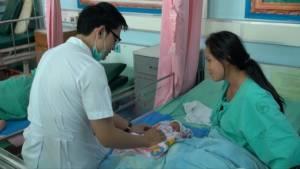 หมอหนุ่มช่วยสาวท้องแก่คลอดลูกบนรถกระบะสำเร็จ