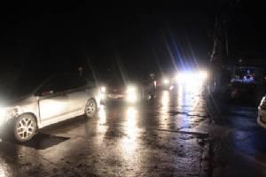 พายุฝนพัดต้นไม้ล้มทับบ้าน เสาไฟฟ้าหักไฟดับวิกฤตทั้งเมือง (ชมคลิป)