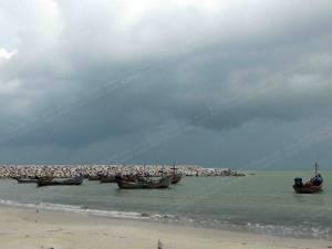 อุตุใต้เตือน! 1-3 พ.ย.นี้ระวังฝนตกหนักคลื่นลมแรง เรือประมงชายฝั่งสงขลาทยอยจอดยาว (ชมคลิป)