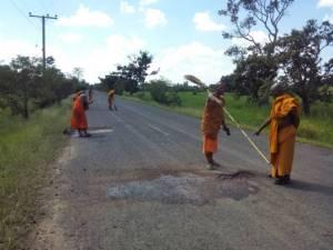 พระสุดทน! เจ้าอาวาสศรีสะเกษนำพระเณรซ่อมถนนพังมากว่า 10 ปี  ให้ญาติโยมเด็กสัญจรสะดวก