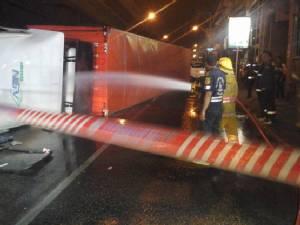 18 ล้อพลิกแยกแฮปปี้แลนด์ น้ำมันรั่วถนนลื่น จนท.บังคับรถขึ้นสะพานข้ามแยกบางกะปิ