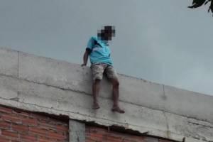 หนุ่มใหญ่ติดเหล้าหนักปีนตึก รพ.ที่ชุมพร หวังกระโดด จนท.ใช้เหล้าล่อยอมลง