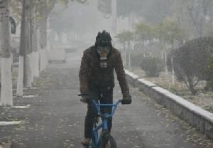 ชาวจีนผวาหมอกควันหนาทึบ มลพิษเกินขีดปลอดภัย 50 เท่า