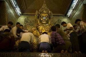 """ฮือฮา! ผลสำรวจเผย """"คนพม่า"""" ใจบุญสุนทานที่สุดในโลก """"จีน-บุรุนดี"""" รั้งอันดับบ๊วย"""