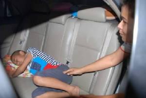 หวุดหวิด! 2 สามี-ภรรยาเมืองสองแควเปิดแอร์ให้ลูกหลับในรถ ปลุกไม่ตื่นเรียกช่างช่วยวุ่น