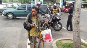 ชื่นชม จร.สภ.สัตหีบ เรี่ยไรเงินช่วยเปลี่ยนยางรถจักรยานคนเร่ร่อน