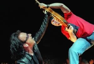 U2 cancel Paris concert after attacks