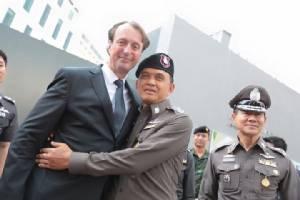 """""""ศานิตย์"""" ให้กำลังใจทูตฝรั่งเศสประจำประเทศไทยหลังเกิดก่อการร้ายกรุงปารีส"""