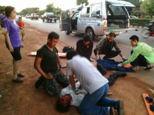แท็กซี่พุ่งชน จยย.ลอยตกหน้ารถดับ 2 ศพ ที่นครพนม