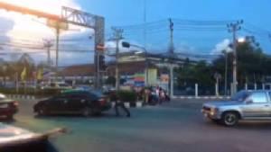 ตร.เมืองชลบุรีน้ำใจงามอีกแล้ว ช่วยเข็นรถยนต์จอดเสียกลางสี่แยก (ชมคลิป)