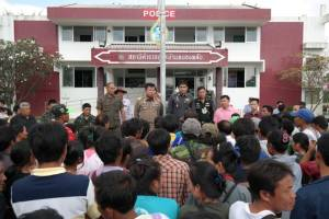 ชาวไทยพลัดถิ่นกว่า 200 คน บุกโรงพักหนองพลับ ขอความเป็นธรรมถูกจับในข้อหาแรงงานต่างด้าว