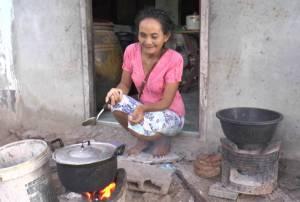 วอนช่วย! หญิงตาบอดชาวบุรีรัมย์แบกภาระเลี้ยงยาย 97 ปี และหลานพิการ มากว่า 10 ปี