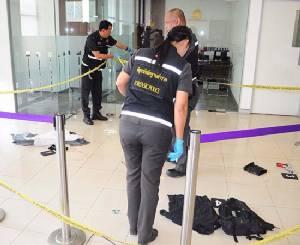 โจรบุกเดี่ยวชักปืนปลอมจี้แบงก์ไทยพาณิชย์ถนนเอกชัย ถูกยิงสวนอาการสาหัส