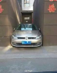สาวจีนนักขับมือใหม่ โชว์ทักษะจอดรถขั้นเทพ ถอยเข้าตรอกแคบจนชาวเน็ตตะลึง!