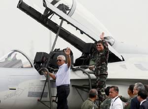 """""""อินทรีทอง"""" 2 ลำลัดฟ้าจากเกาหลี ปินส์จัดสนามบินรับเอิกเกริก เปิดศักราชทัพฟ้าเร็วเหนือเสียง"""