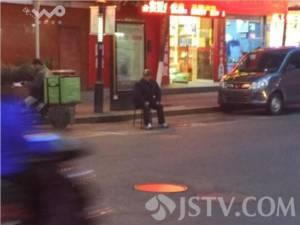 ชาวเน็ตสวดยับลูกชายใจดำ ใช้พ่อแม่วัยชรานั่งทนหนาวจองที่จอดรถ (ชมภาพ)