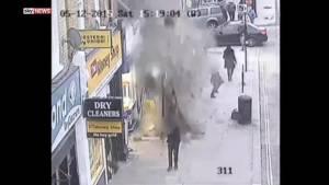 เกือบไป! ลมพัดแรงหลังคาร่วงลงฟุตบาท คนเดินถนนรอดหวุดหวิด [ชมคลิป]