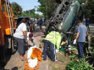 สลด!! รถตู้บรรทุกศพเสียหลักชนต้นไม้ที่พัทลุง พระนั่งคู่คนขับดับคาที่