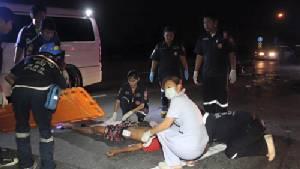 หนุ่มวัยเบญจเพสขี่ จยย.กลับรถตัดหน้ากระบะถูกชนอย่างจัง ก่อนคนขับทิ้งรถหนีความผิด