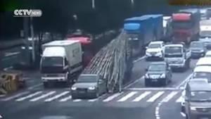 """เสียววาบ! รถบรรทุก """"แจกไม้ไผ่"""" รถเก๋งออดี้กลางสี่แยกไฟแดง [ชมคลิป]"""