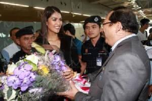 """""""แนท อนิพรณ์"""" มิสยูนิเวิร์สไทยแลนด์ 2015 กลับไทยแล้ว ปชช. แห่ต้อนรับแน่นสุวรรณภูมิ"""