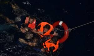 ลูกเรือบรรทุกท่อนซุงพม่าขึ้นฝั่งปลอดภัย กัปตันเผยเครื่องจักรระเบิด เกาะถังน้ำมันเอาชีวิตรอด