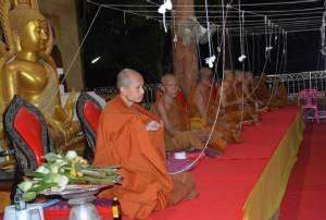 พระไทย-กัมพูชา ปชช.สองชาติร่วมสวดมนต์ข้ามปี ผู้ว่าฯ ศรีสะเกษนำเคานต์ดาวน์สู่วันแรก AEC