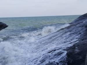 """พบแล้วร่าง """"น้องแบงค์"""" ลื่นตกทะเลหัวหินขณะขึ้นไปถ่ายรูปบนโขดหิน (ชมคลิป)"""