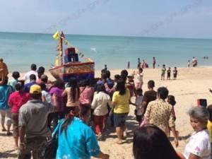 ชาวบางสัก พังงา ทำพิธีลอยเรือสะเดาะห์เคราะห์รับปีใหม่