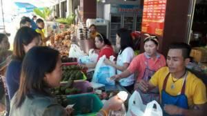 นักท่องเที่ยวซื้อของฝากทำยอดทะลุ พร้อมไหว้ขอพรปีใหม่พระแก้วขาวเพชรน้ำค้าง