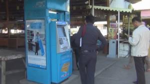 วัยรุ่นเหิมทุบตู้เอทีเอ็ม ธ.กรุงไทย ในตลาดนัดริมทางรถไฟปราณบุรีเสียหาย