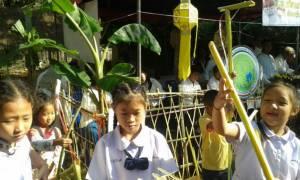 """ย้อนยุค! เชียงใหม่จัดงานวันเด็กนำ """"ม้าก้านกล้วย-ปืนก้านกล้วย"""" ของเล่นเมื่อ 50 ปีก่อนให้เด็กได้สัมผัส"""