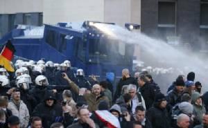 """ตำรวจเยอรมนีสลายม็อบต้านผู้ลี้ภัย """"แมร์เคิล"""" รับปากจะจัดการเข้มงวด"""