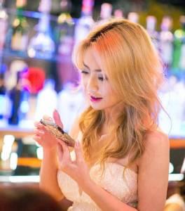 """พิธีกรสาวร้องนายกฯ สอบ จนท.ศุลกากร สกุล """"ณ นคร"""" หลอกขายไอโฟนเชิด 8 แสน"""