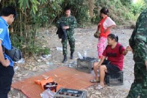 ห้ามไม่ฟัง! ทหารล้อมจับนักพนันคาสวนลำไยลำพูนซ้ำ พบปูเสื่อแทงไฮโลกันมัน (ชมคลิป)