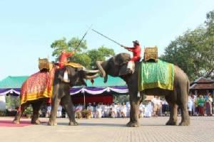 """มทภ.3 นำทหารบวงสรวง """"องค์ดำ"""" วันกองทัพไทย ผู้ว่าฯ จัด """"ชนช้างยุทธหัตถี"""" โชว์"""