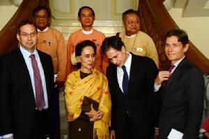 """จนท.สหรัฐฯ เยือนพม่าพบ """"เต็งเส่ง-ซูจี"""" ร้องปล่อยตัวนักโทษการเมืองทั้งหมด"""