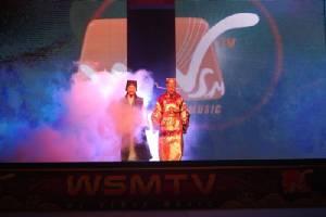 """WSMTV"" เชิญท่านเปาฯตัวจริงเปิดมีดนำเหล่านักร้องจีนเสียงเทพโชว์ร้องสด"