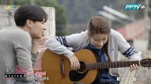 """จิน พา ตูน ดีดกีต้าร์-ร้องเพลงท้าลมหนาวในงานเทศกาลชิมชา บนดอยแม่สลองใน """"มิติรักผ่านเลนส์"""""""