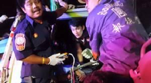 อุบัติเหตุซ้ำซ้อน รถพ่วง 18 ล้อพุ่งชนดะ 5 คันรวด คนขับบาดเจ็บ (มีคลิป)
