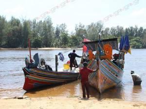 สงบแล้ว! นราฯ คลื่นลมทะเลสงบ เรือเล็กทยอยออกหาปลาตามปกติ