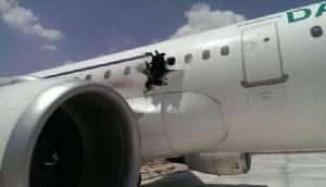 """ระทึก! เครื่องบินโซมาเลียเกิด """"รูโหว่"""" หลังทะยานขึ้นฟ้า 10,000 ฟุต-ผู้โดยสารเจ็บ 2 ราย (ชมคลิป)"""
