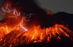 InPics & Clips : ภาพน่าสะพรึง!!ภูเขาไฟปะทุในญี่ปุ่น พ่นลาวาสีแดงฉาน
