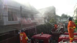 ไฟไหม้บ้าน 2 ชั้นกลางเมืองมุกดาหาร หลังเสียบปลั๊กธูป-เทียนไฟฟ้าไหว้บรรพบุรุษ