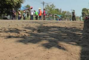สุดทน! ชาวบ้านด่านบุรีรัมย์ร้องรถบรรทุกดิน-อ้อยวิ่งถนนพังเดือดร้อนกว่า 5 ปี วอนช่วย