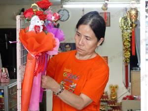 """คุ้มกว่า! แม่ค้าสั่งดอกกุหลาบเทียมขาย """"วันแห่งความรัก"""" เหตุกุหลาบสดเหี่ยวเร็ว-ราคาสูง"""