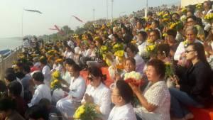 ชาวพุทธไทย-ลาวเรือนหมื่นร่วมเปิดงานนมัสการพระธาตุพนม