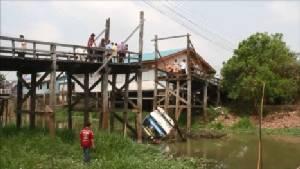 รถบรรทุก 6 ล้อขนทรายข้ามสะพานไม้พังกรุงเก่าถล่มตกคลองคนขับเจ็บ