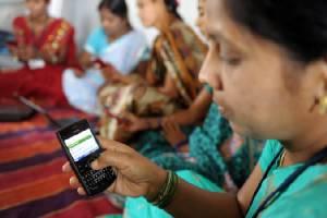 """หมู่บ้านอินเดียห้าม """"เด็กหญิง-สาวโสด"""" พกโทรศัพท์มือถือ-อ้างทำเสียการเรียน"""
